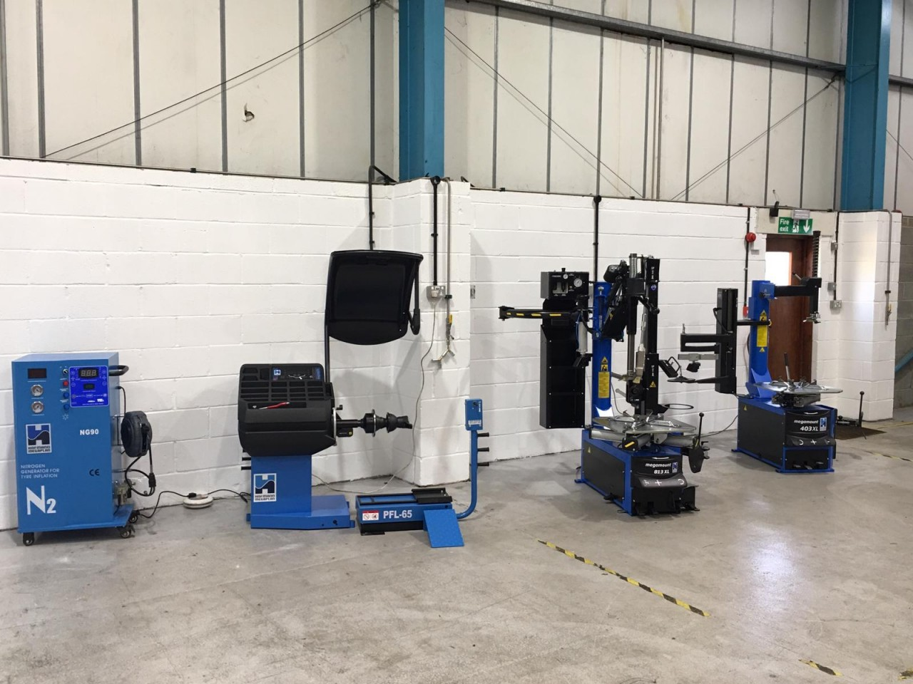 Full garage equipment installation including tyre changers and wheel balancer with One Weight Balance from Hofmann Megaplan.