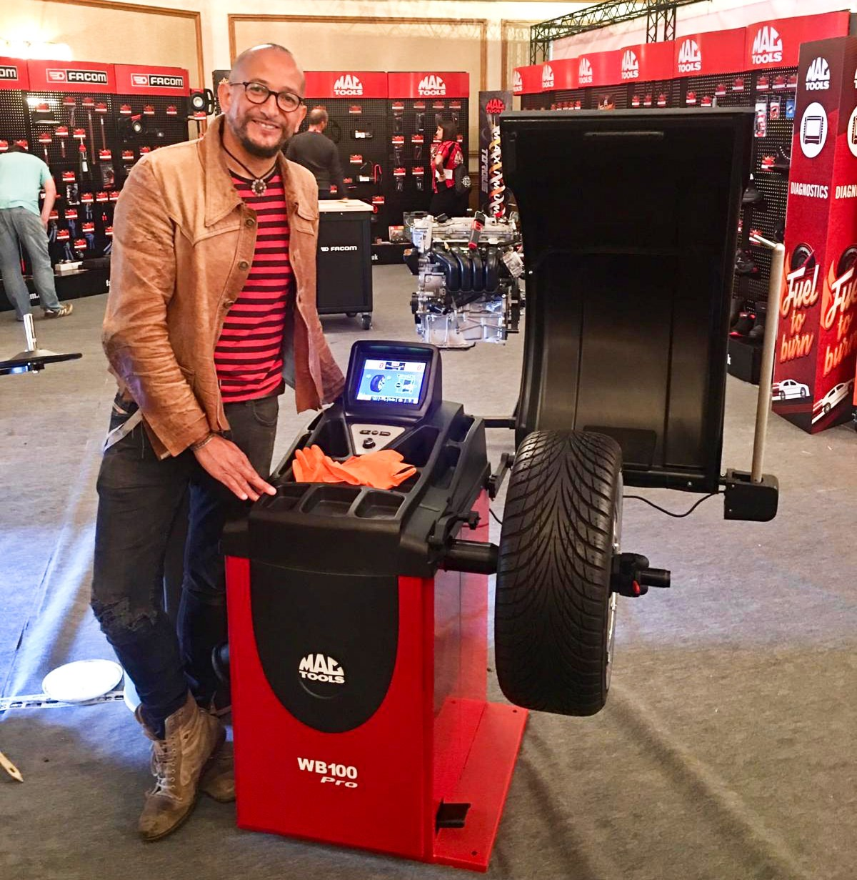 FUZZ TOWNSHEND FROM TV SHOW CAR SOS. WITH THE MAC TOOLS WB100 PRO WHEEL BALANCER