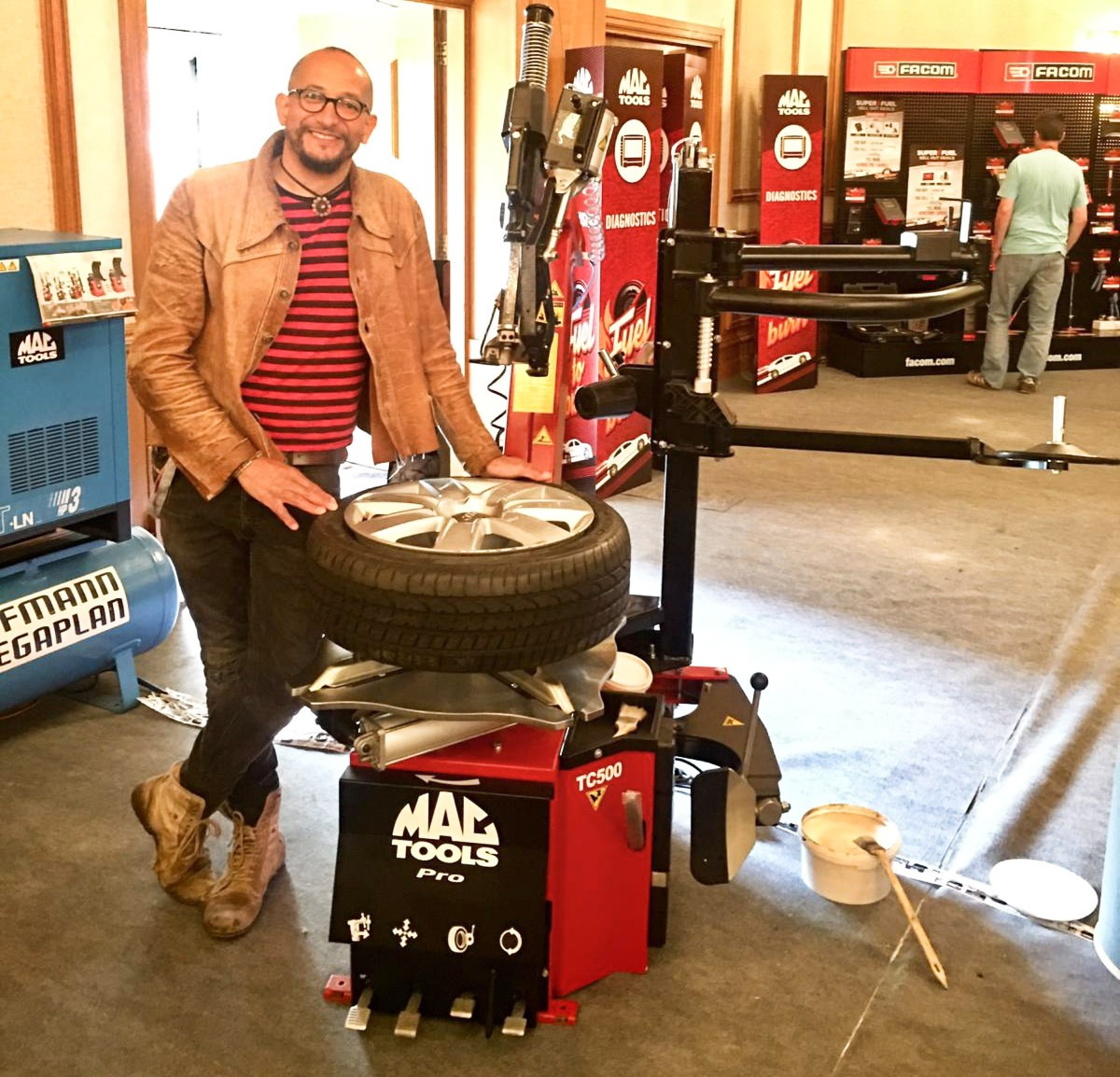 FUZZ TOWNSHEND WITH THE MAC TOOLS PRO TC500 TYRE CHANGER